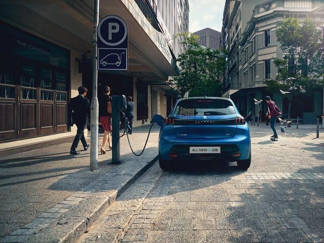/image/15/0/all-new-peugeot-208-charging-at-public-charging-stations.607150.jpg